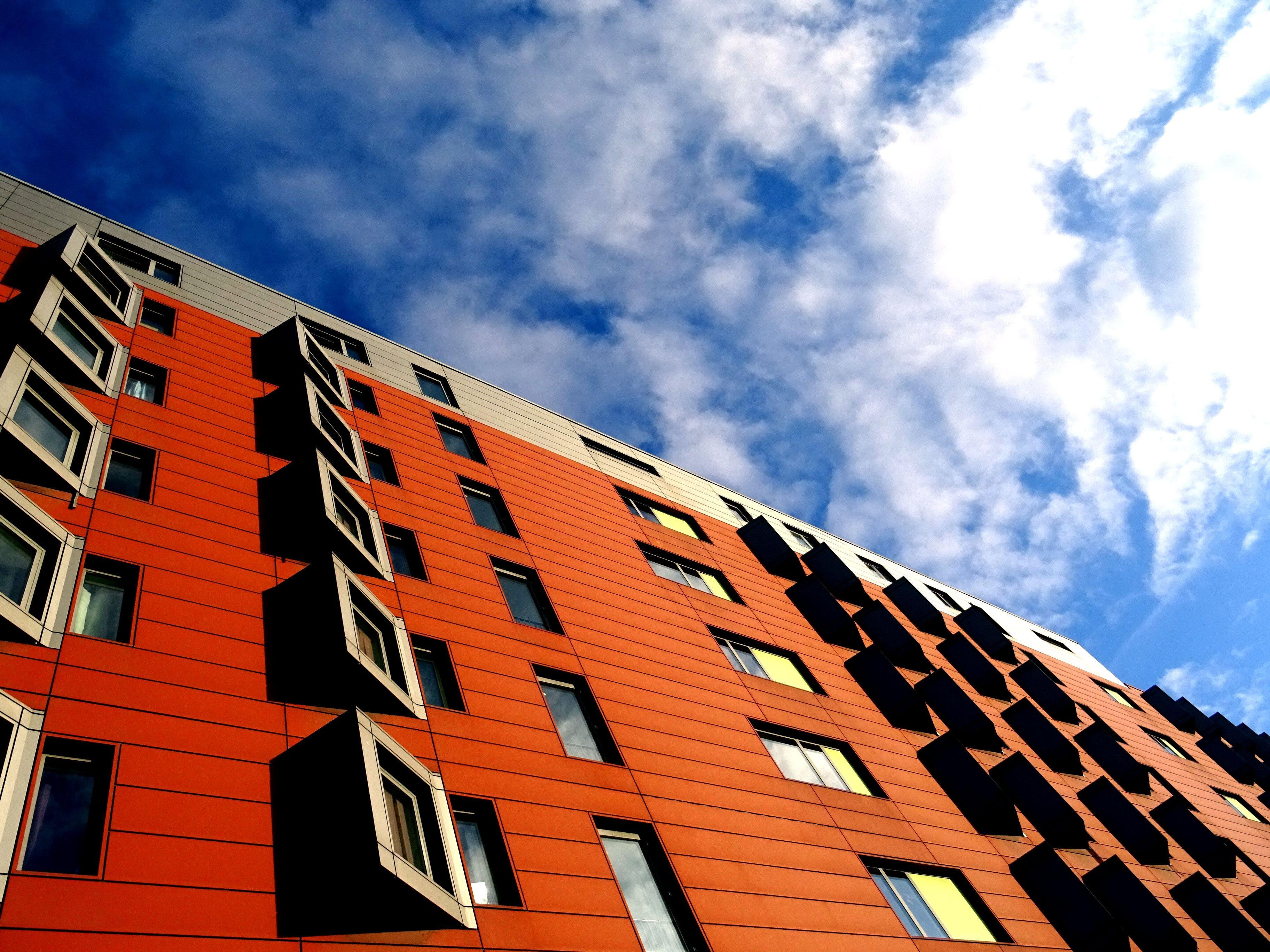 Kostenloses Stock Foto zu architektur, aufnahme von unten, fenster, perspektive