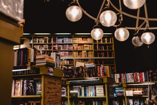Imagine de stoc gratuită din cărți, lumină, magazin de cărți, rafturi