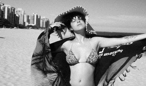 Kostenloses Stock Foto zu arm tattoo, augen geschlossen, bikinis