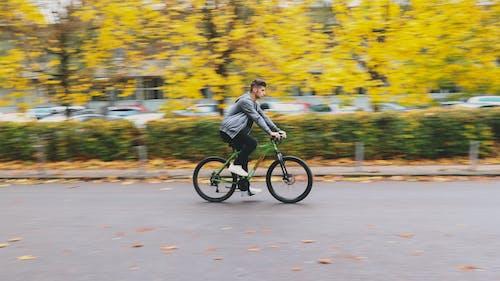 Foto profissional grátis de amarelo dourado, bicicleta, bicicleteiro