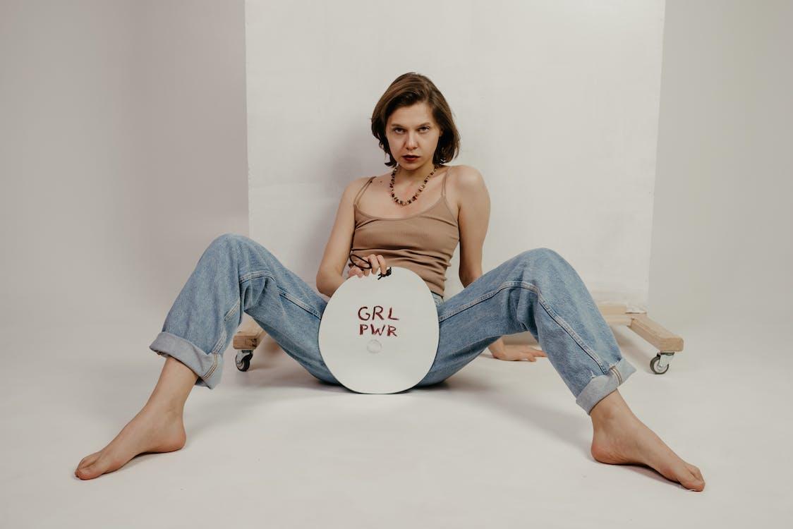 Segura Joven Sentada Con Las Piernas Abiertas Y Mostrando Pancarta Con Inscripción Grl Pwr
