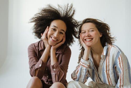 Безкоштовне стокове фото на тему «афро волосся, вираз обличчя, вітряний»