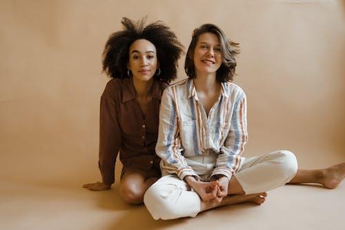Безкоштовне стокове фото на тему «афро волосся, босі ноги, вираз обличчя»