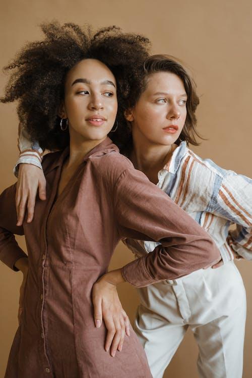 Безкоштовне стокове фото на тему «афро волосся, білі штани, босі ноги»
