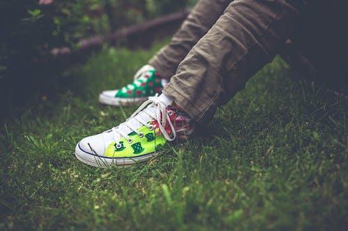 คลังภาพถ่ายฟรี ของ นั่ง, รองเท้าผ้าใบ, วัยโจ๋, สวน