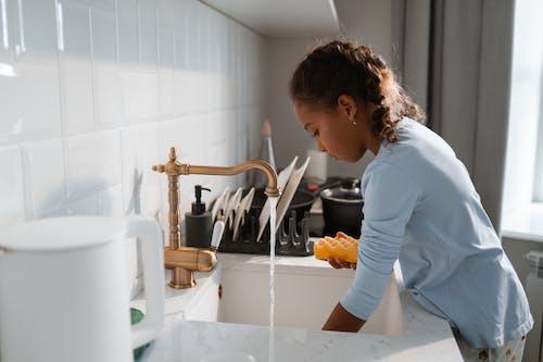 Femme En Chemise à Manches Longues Bleue, Laver La Vaisselle