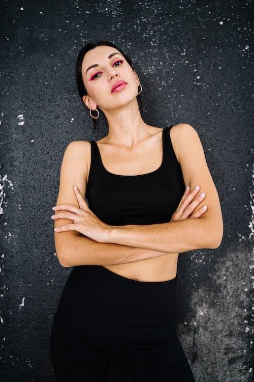 Kobieta W Czarnym Podkoszulku I Czarnej Spódnicy