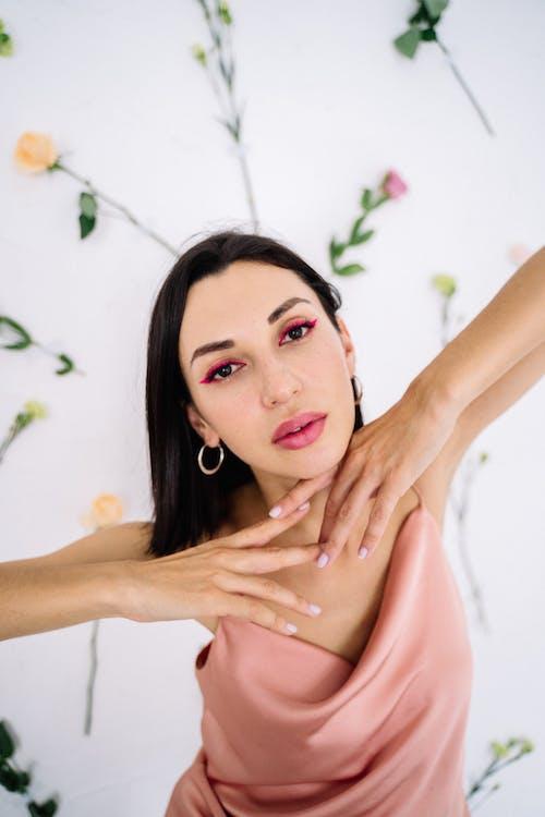 Kobieta W Różowym Topie Bez Rękawów