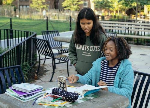Petites écolières à Faire Leurs Devoirs Avec Smartphone