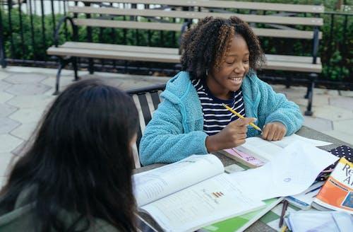 Écolière Noire à Faire Ses Devoirs Avec Un Camarade De Classe