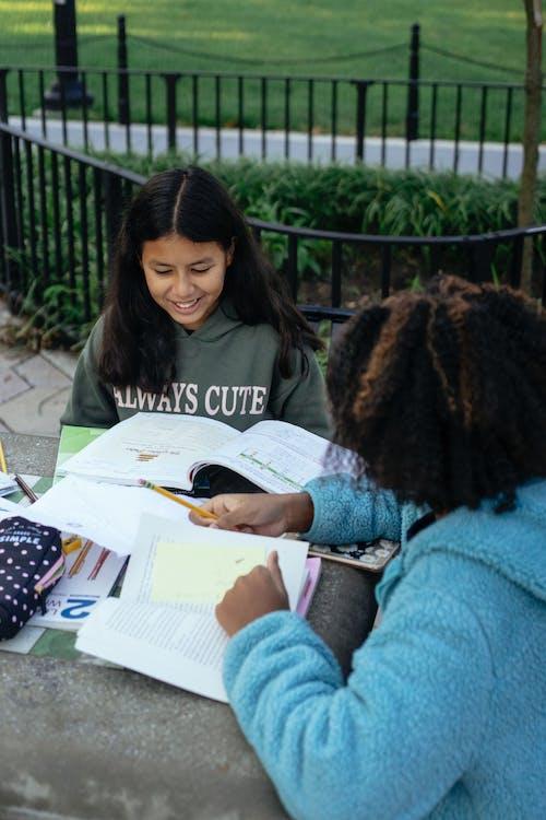 Petite Fille Hispanique étudie Avec Un Ami