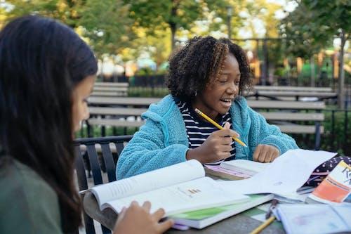 Joyeuse Fille Afro Américaine étudie Avec Un Ami