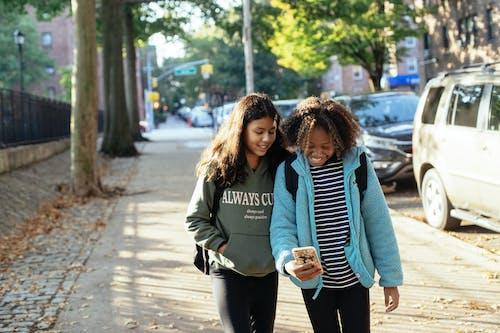 Glückliche Multiethnische Freundinnen Mit Smartphone Auf Der Straße