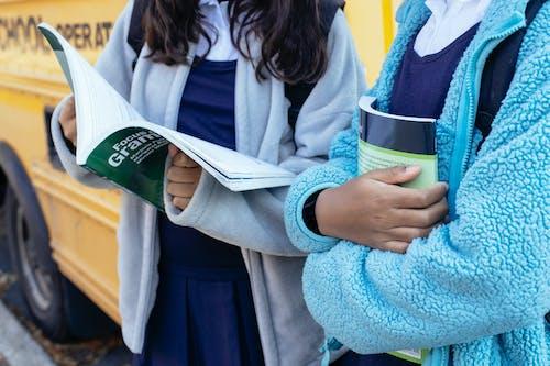Colha Colegas De Classe Com Livros Perto Do ônibus Escolar