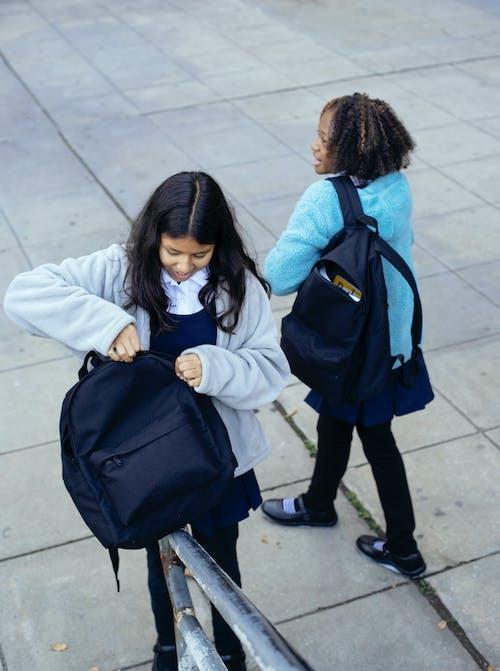 Diversas Alumnas Con Mochilas De Pie Fuera Del Edificio Escolar
