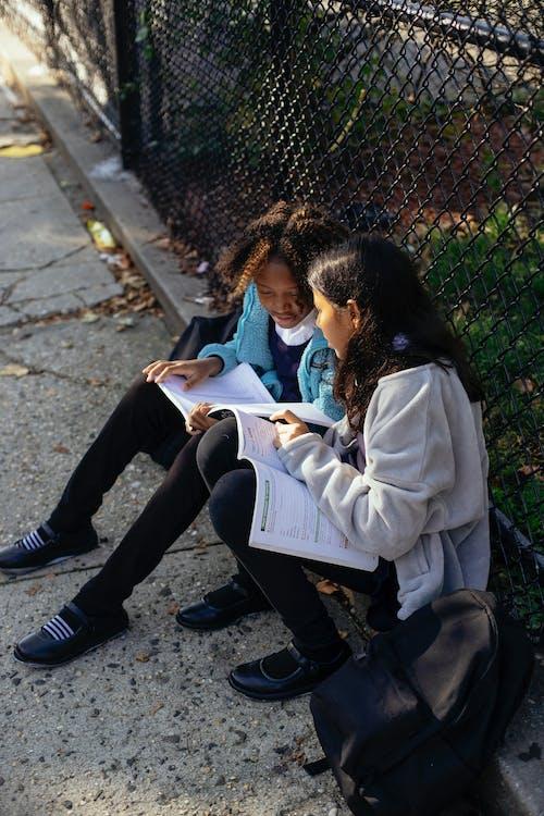 I Jverige Multi Etnische Schoolmeisjes Lezen Van Schoolboeken In Herfst Park