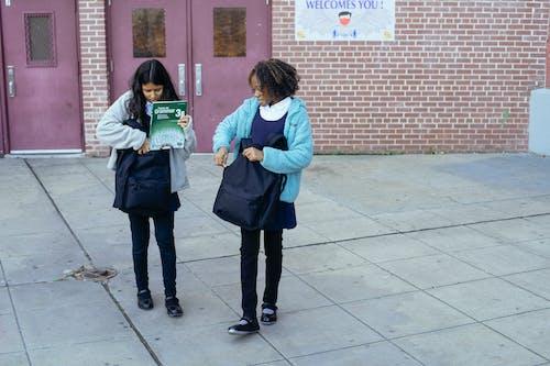 Colegialas Cargando Mochilas Y Dejando La Escuela Juntos