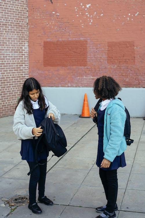 Diversas Alumnas De Pie Con Mochilas Cerca Del Edificio De La Escuela