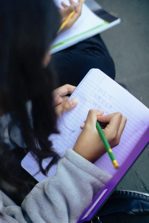 Klein Meisje Dat Getallen In Notitieboekje Schrijft