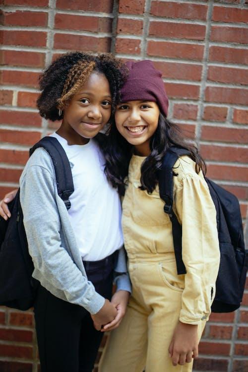 Grappige Gelukkige Multi Etnische Meisjes Omarmen En Glimlachen