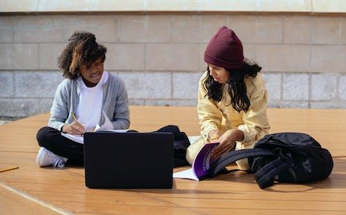 Diversas Alunas Conversando Enquanto Estudam Perto De Um Laptop Na Rua