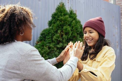 Gelukkige Meisjes Die Pasteitaart In Tuin Spelen