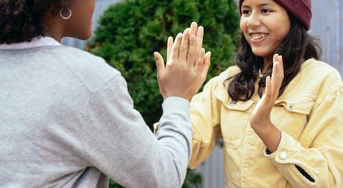 Snijd Meisjes Bij Die Een Spel Met Handen Spelen