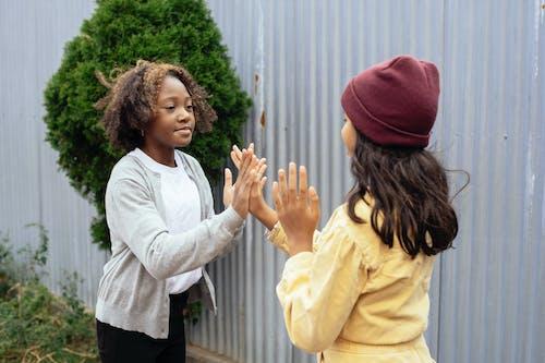 Gelukkig Multi Etnisch Meisjes Spelen Samen Met Handen
