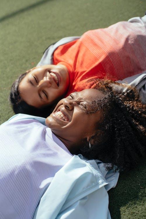 Garotas Multiétnicas Felizes Rindo No Gramado
