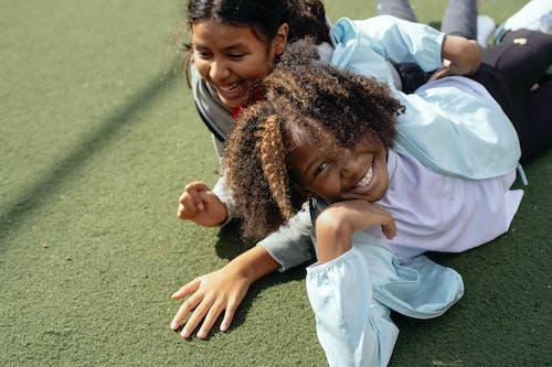 Crianças Multiétnicas Felizes Se Divertindo No Gramado