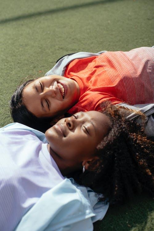 Gelukkige Diverse Meisjes Die Op Sportveld Ontspannen