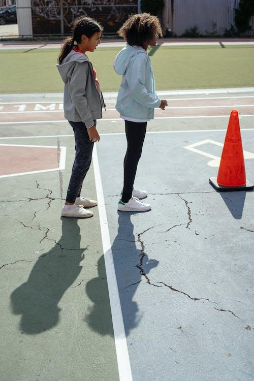 Ragazze Attive Che Giocano Nel Parco Giochi Situato Nel Cortile Della Scuola