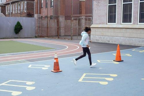 Fille Sportive Active Courir Vite Pendant La Pause Sur Le Terrain De Jeu Près De L'école