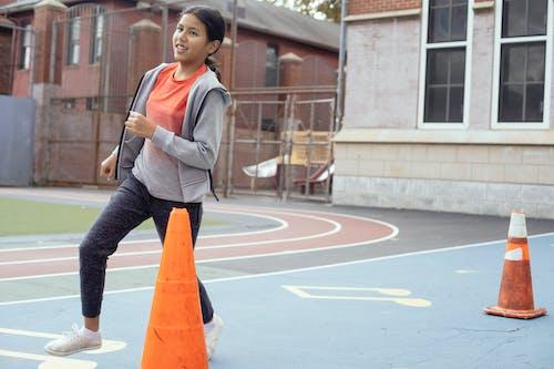 Chica Enérgica Corriendo En El Campo De Deportes