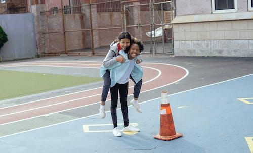 Meninas Sorridentes No Campo De Esportes