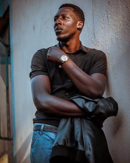 Gratis lagerfoto af afroamerikansk mand, betonmur, flot