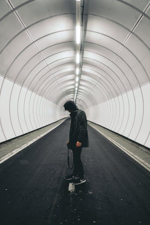 Gratis lagerfoto af mand, person, tunnel, vej