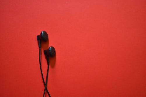 dinlemek, kulaklıklar, müzik içeren Ücretsiz stok fotoğraf