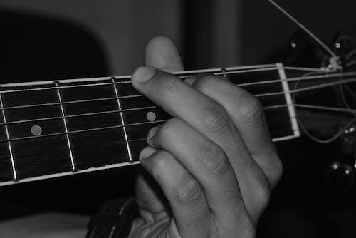 Kostnadsfri bild av gitarr, hand, musiker