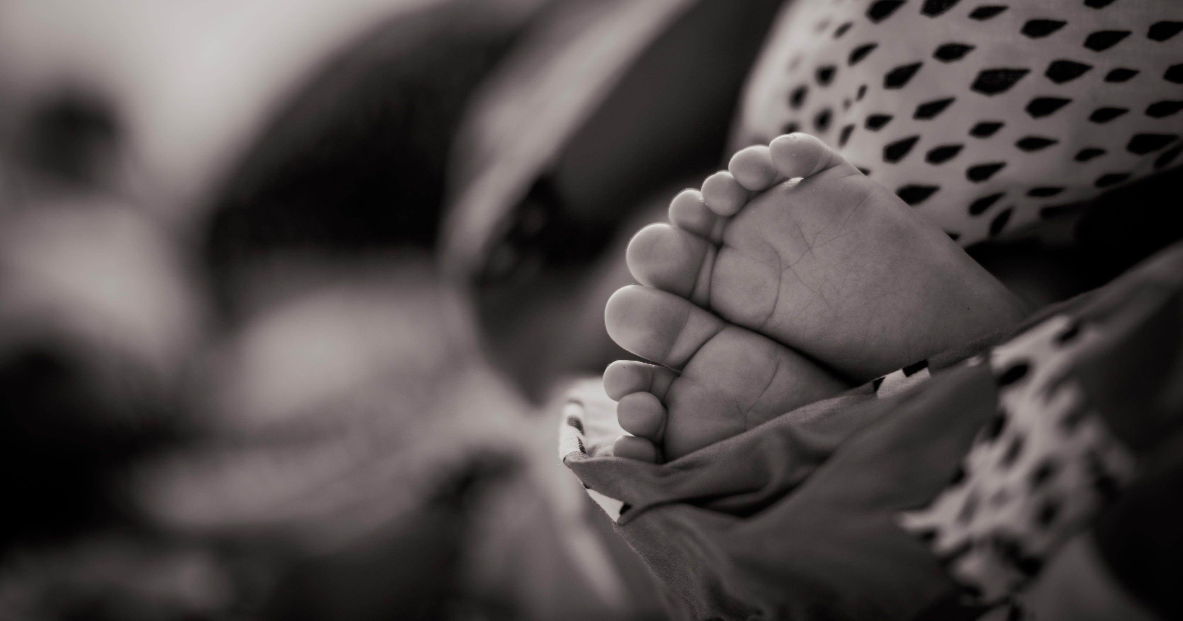 Бесплатное стоковое фото с маленький, младенец, ноги, ножки младенца