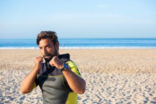 在沙灘上潛水服的自信拳擊手