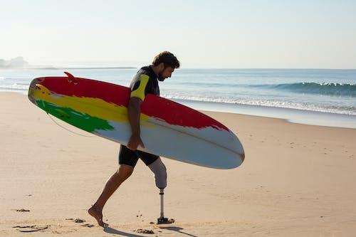 Surfeur Homme Amputé Avec Planche De Surf Marchant Vers La Mer En Agitant
