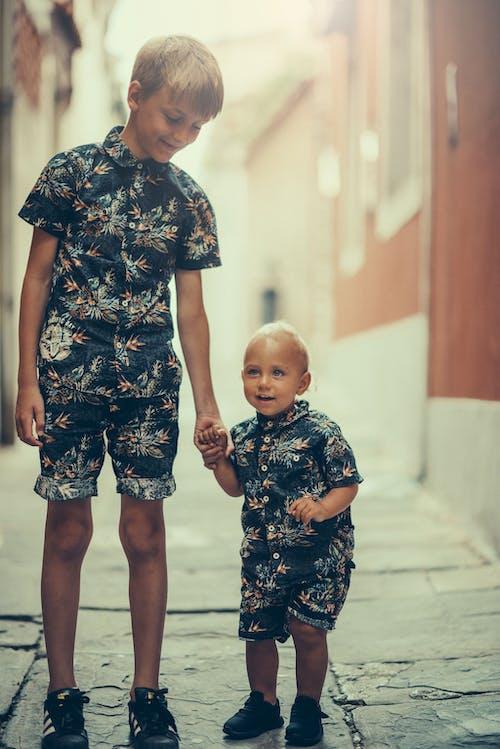çocukluk, erkek çocuk, erkek çocuklar, erkek kardeşler içeren Ücretsiz stok fotoğraf