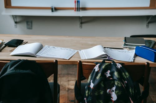 Banco Scuola Con Quaderni E Cancelleria