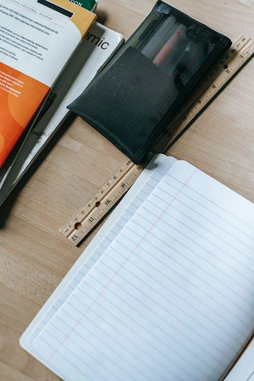 Quaderno Aperto Sulla Scrivania Con Articoli Di Cancelleria