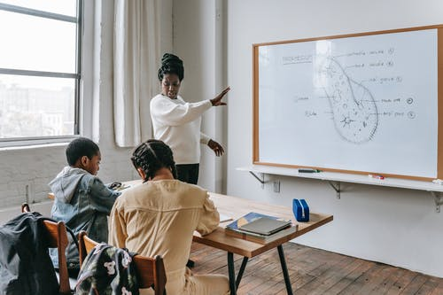 Femme Noire Concentrée Expliquant La Conférence Aux étudiants