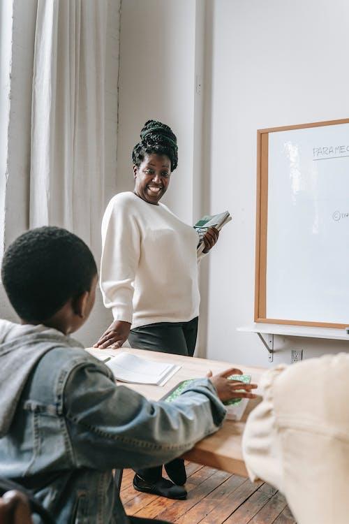 Femme Noire Avec élève En Classe