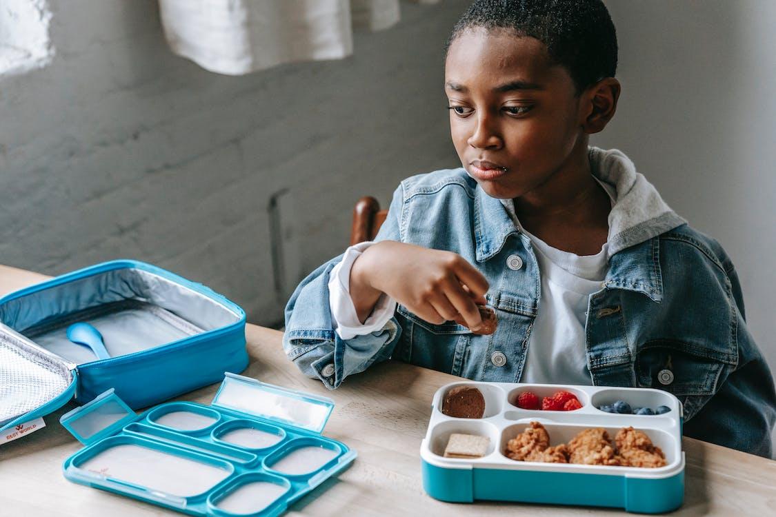 Snijd Dromerige Zwarte Schooljongen Met Een Lunchdoos In De Klas