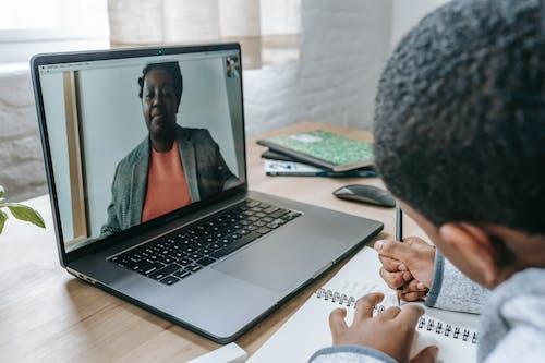 I Jverige Zwarte Jongen Schrijft Examen Terwijl Leraar Online Dicteert