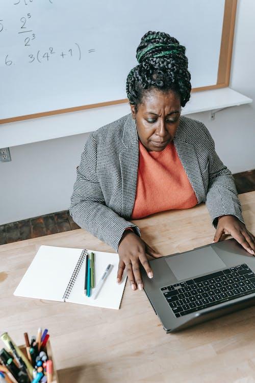 Schwarzer Lehrer, Der Hausaufgaben Online Auf Laptop Prüft